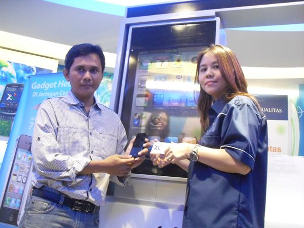 XLYang Pertama Serahkan Nano SIM Card ke Pelanggan