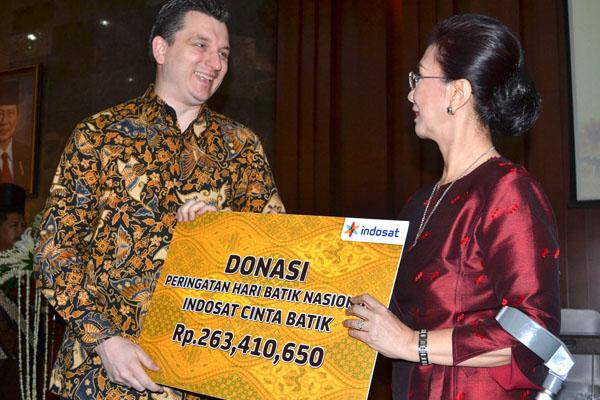 Indosat Serahkan Donasi Hari Batik Nasional