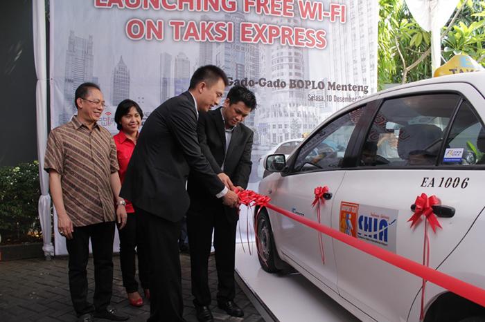 Menikmati Wifi Gratis di Taksi Express