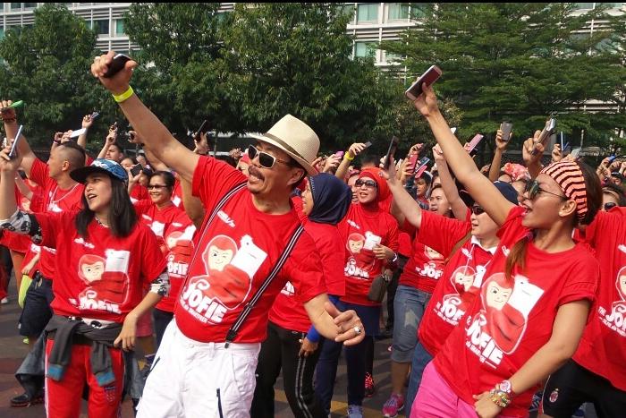 """Smartfren Guncang bundaran Hotel Indonesia dengan """"Jofie"""" Joget Selfie"""