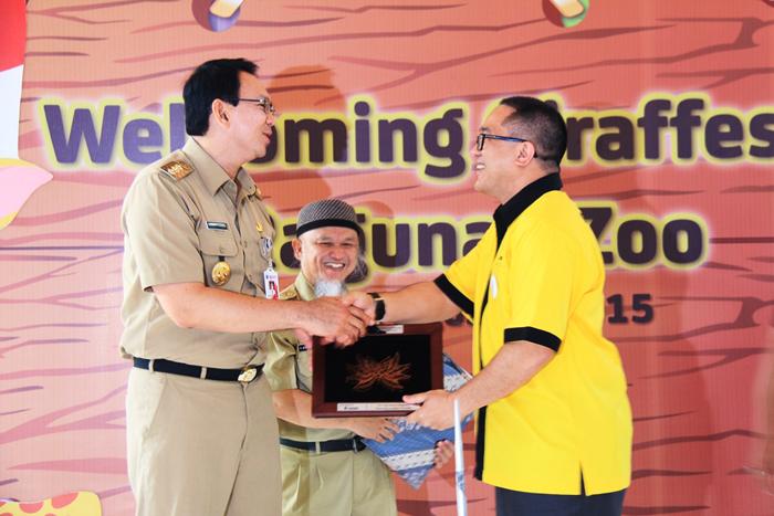 Indosat memfasilitasi kedatangan Sepasang Jerapah dari Australia untuk Taman Margasatwa Ragunan