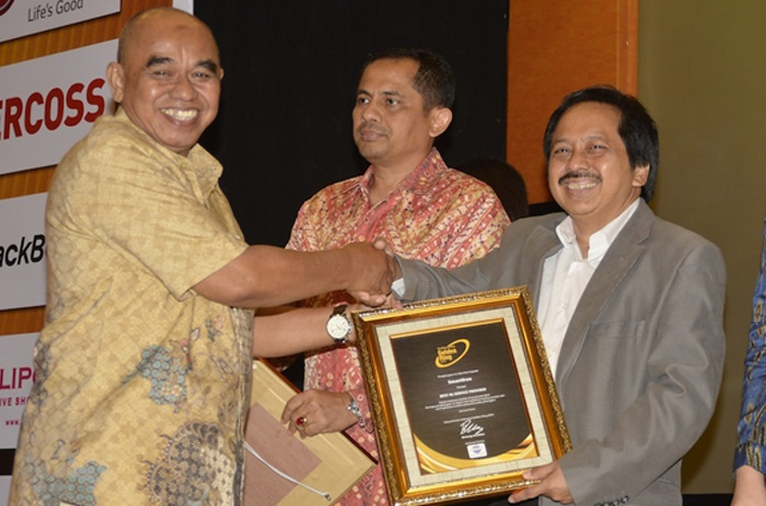 Photo of The Best 4G Service Provider  di Indonesia Untuk Smartfren  dari Golden Ring Award 2015
