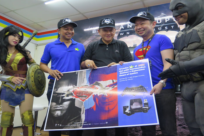 "Photo of XL – Indomaret Jalin Kemitraan menyediakan merchandise ""Batman v Superman: Dawn of Justice"""