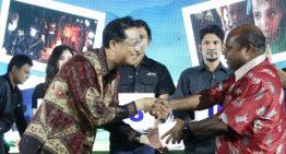Samsung Bagikan 1.500 Lentera Tenaga Surya ke Warga Lanny Jaya Papua